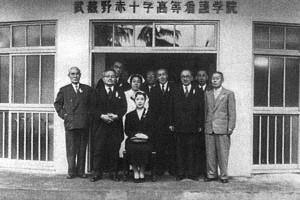 1956(昭和31)年 新校舎前にて